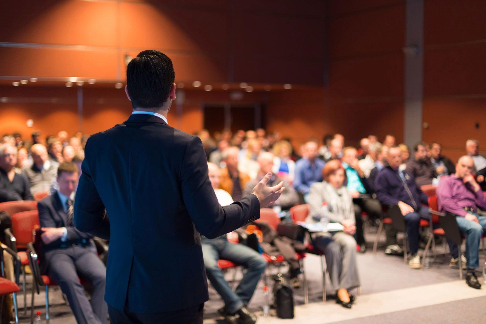 Бесплатный семинар: Сверхпрочный стол переговоров или Как развить ораторские сверхспособности в режиме реального времени