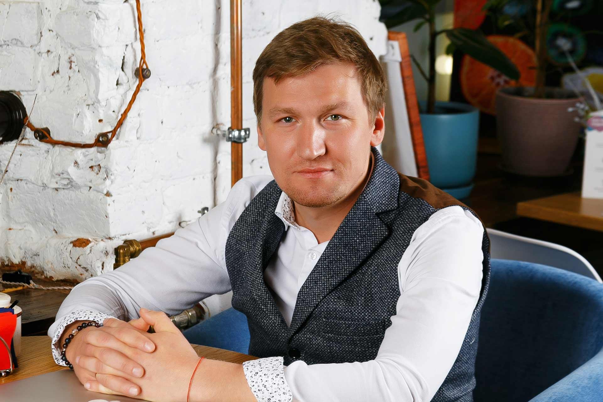 Иван Квасов — ресторатор и основатель сети кофеен STORIES, которые славятся печатью фотографий на кофейной пенке