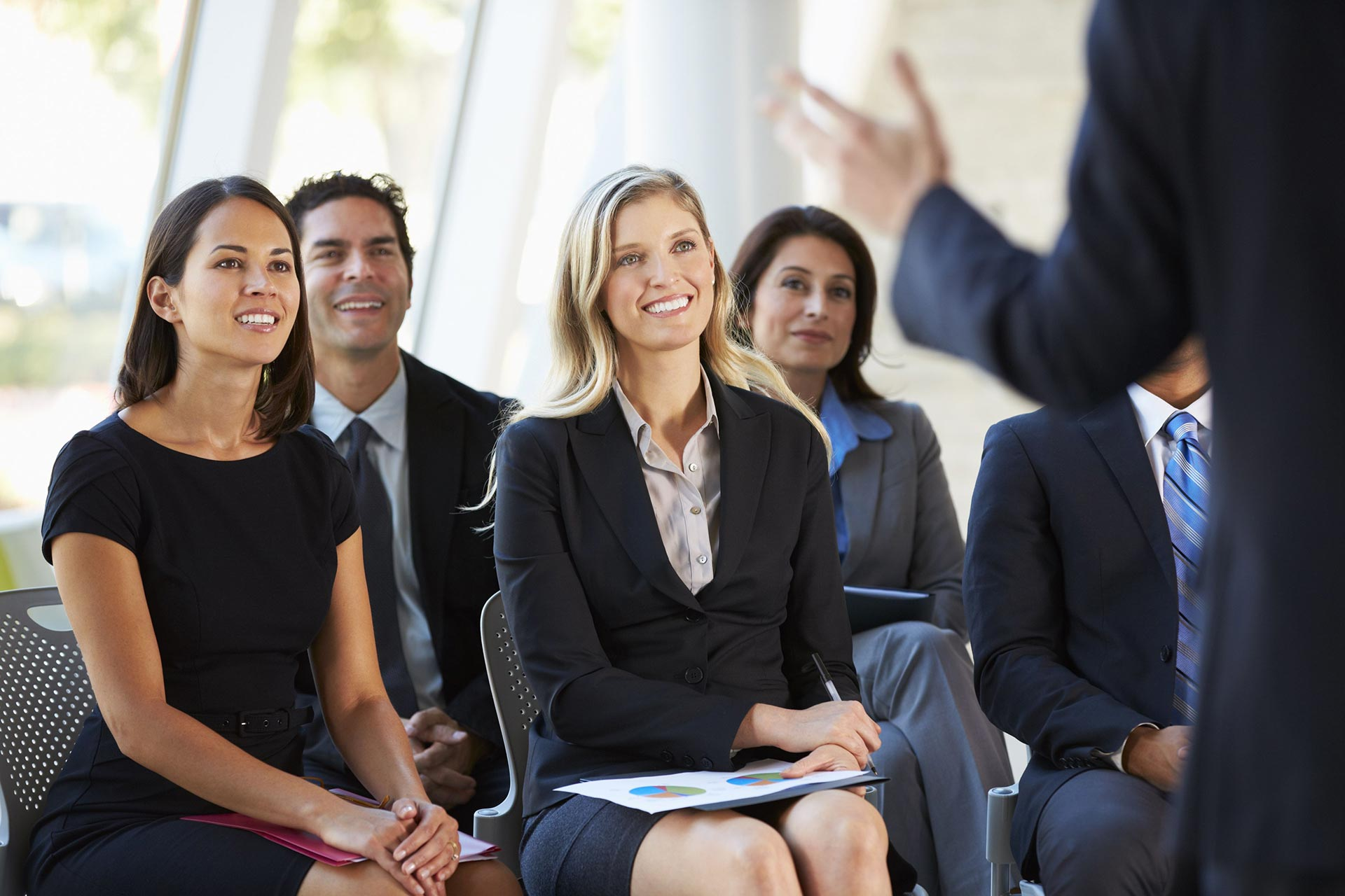 Простые способы заинтересовать аудиторию при публичном выступлении. Ходите и двигайтесь уверенно.